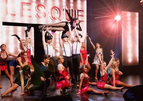 Gruppe von Tänzern bei einem Musicalauftritt zum Thema Burlesque